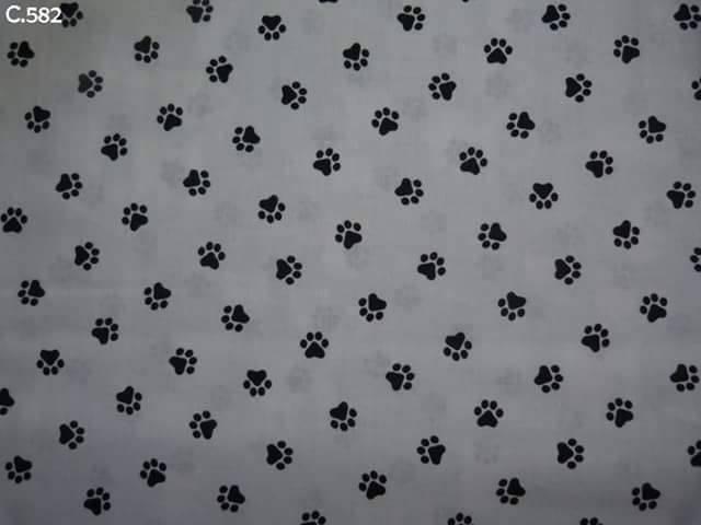 Tissu C582 Pattes de chiens noires sur fond blanc coupon 50x50cm