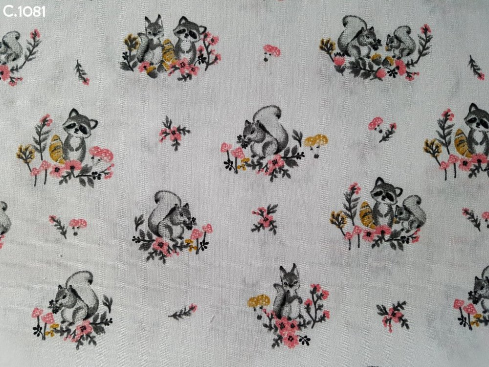 Tissu C1081 Ratons laveurs et écureuils gris sur fond blanc coupon 50x70cm