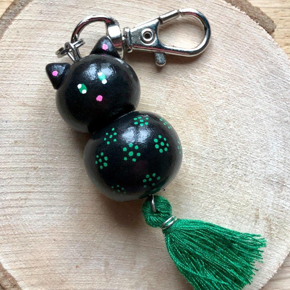 Porte-clés ou Bijou de sac Chat Noir peint au Posca et Pompon Vert Sapin en pâte polymère FIMO