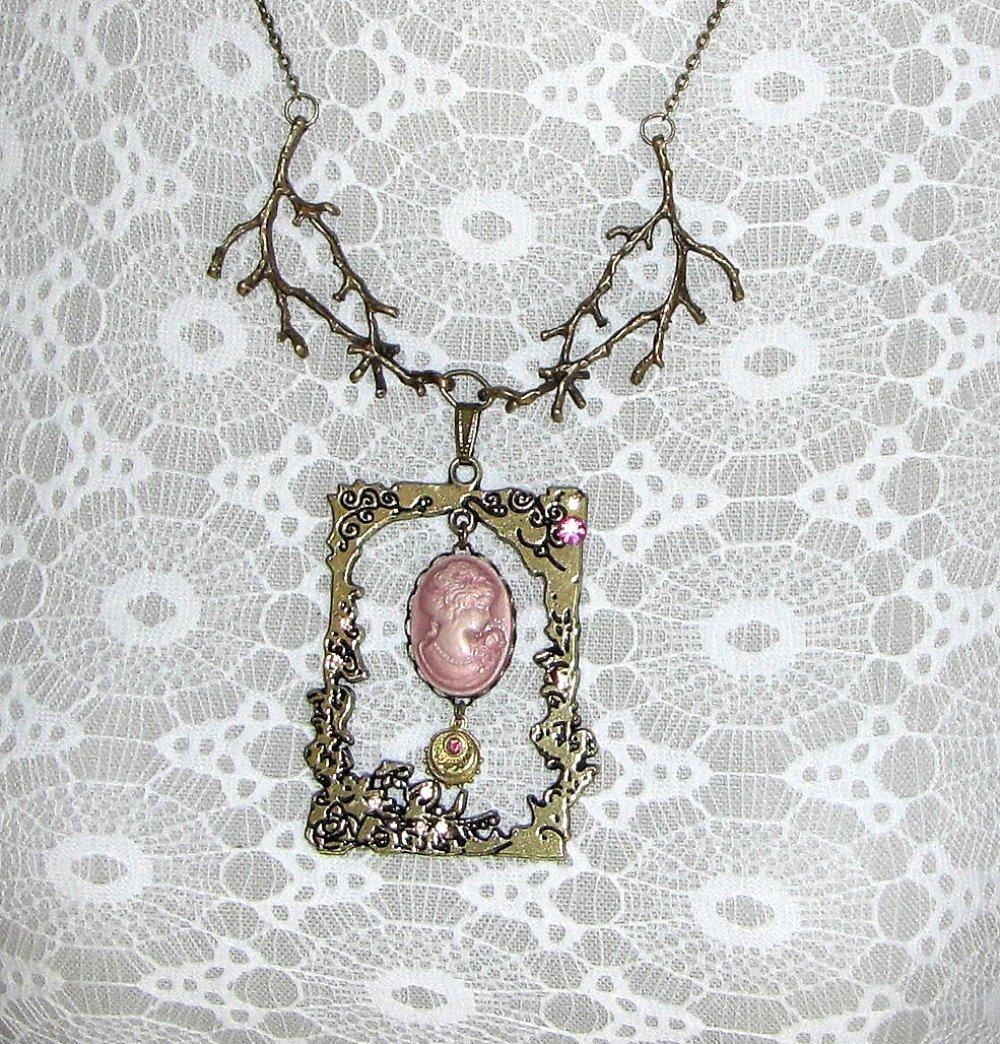 Collier vintage retro camée rose ancien façon encadrement tableau