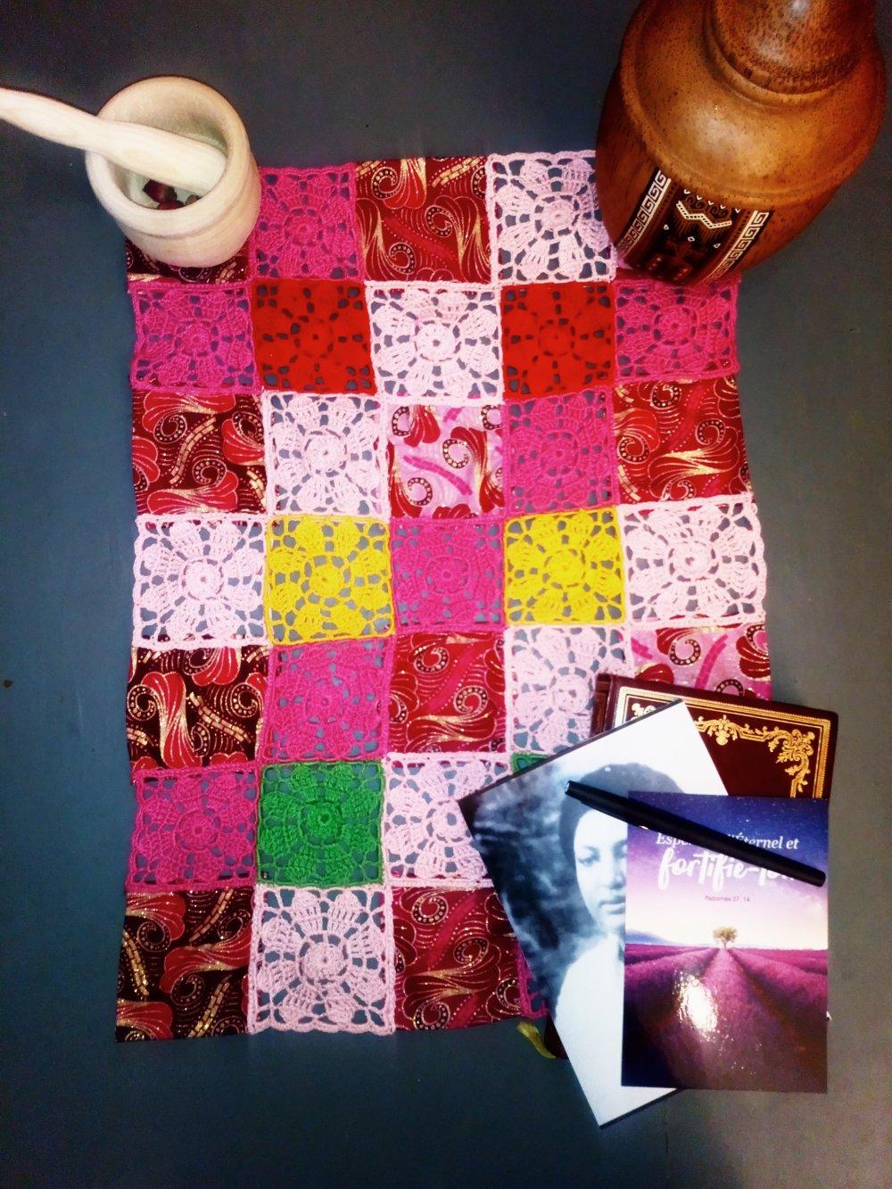 "Napperon rectangulaire patchwork crochet et tissus africain Wax ""Bougainvillier"""
