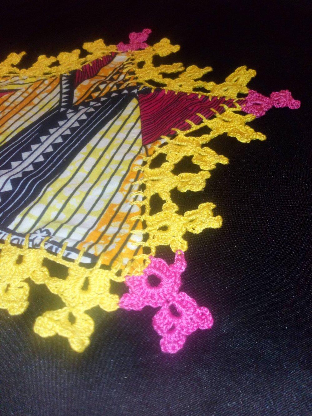 Napperon Etoile en tissus africain Wax et crochet.