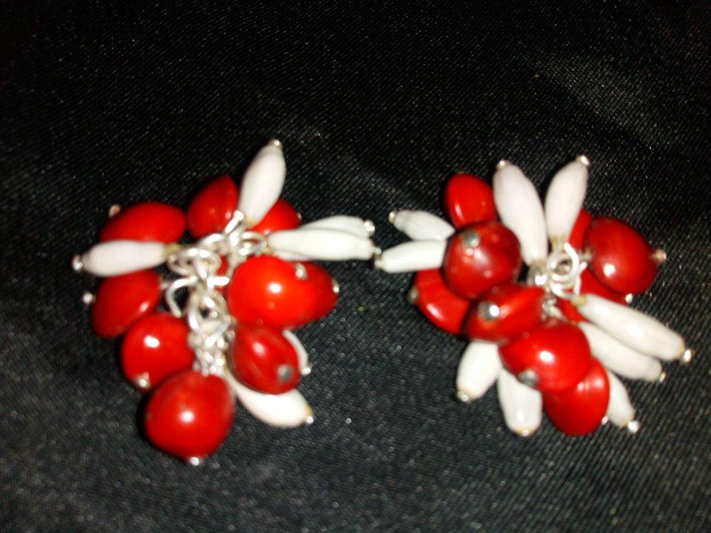 Boucle d 'oreilles grappes  graines naturelles de Santal rouges et de larmes de job blanches longues tropicals. Inspiration Afro caraibe.