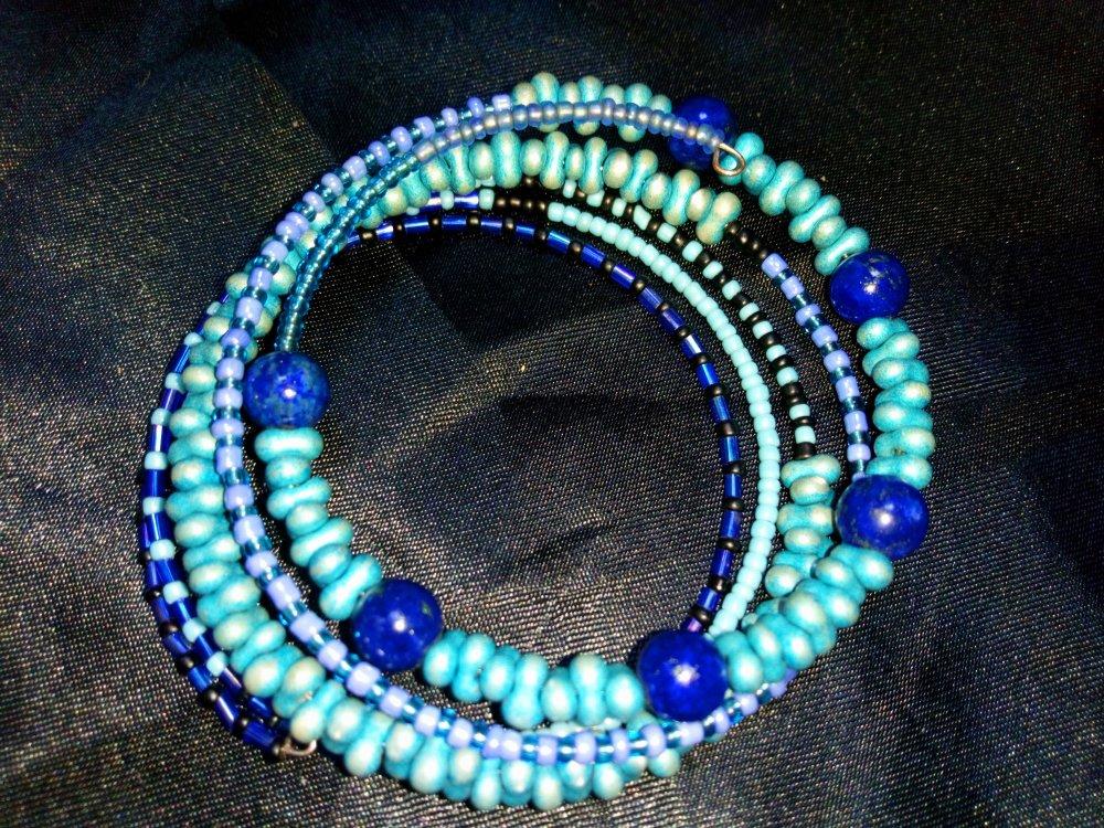 """Bracelet """"Abyssinie""""  mémoire multirangs bleu perles fantaisies et pierres lapis lazuli"""