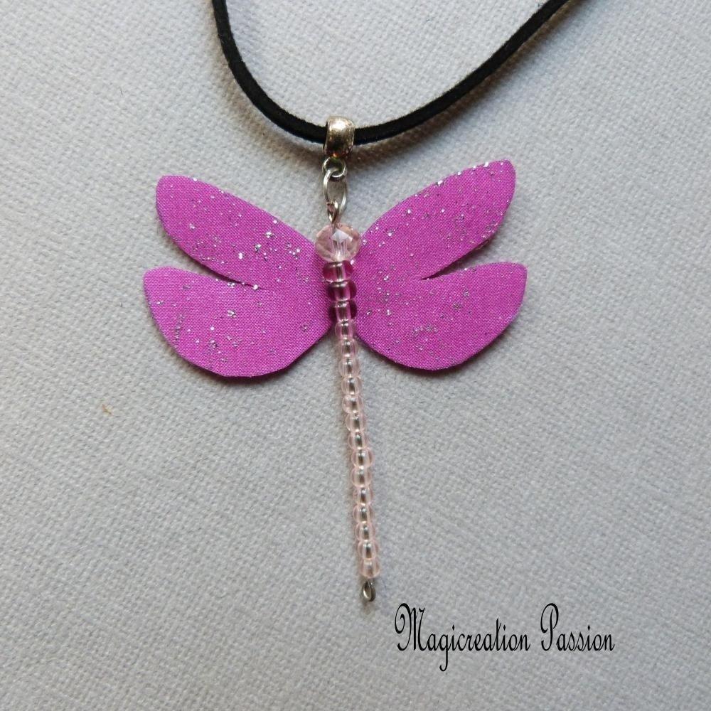 collier pendentif libellule soie fuchsia et perles sur cordon suédine noir 50 cm, Cybelia