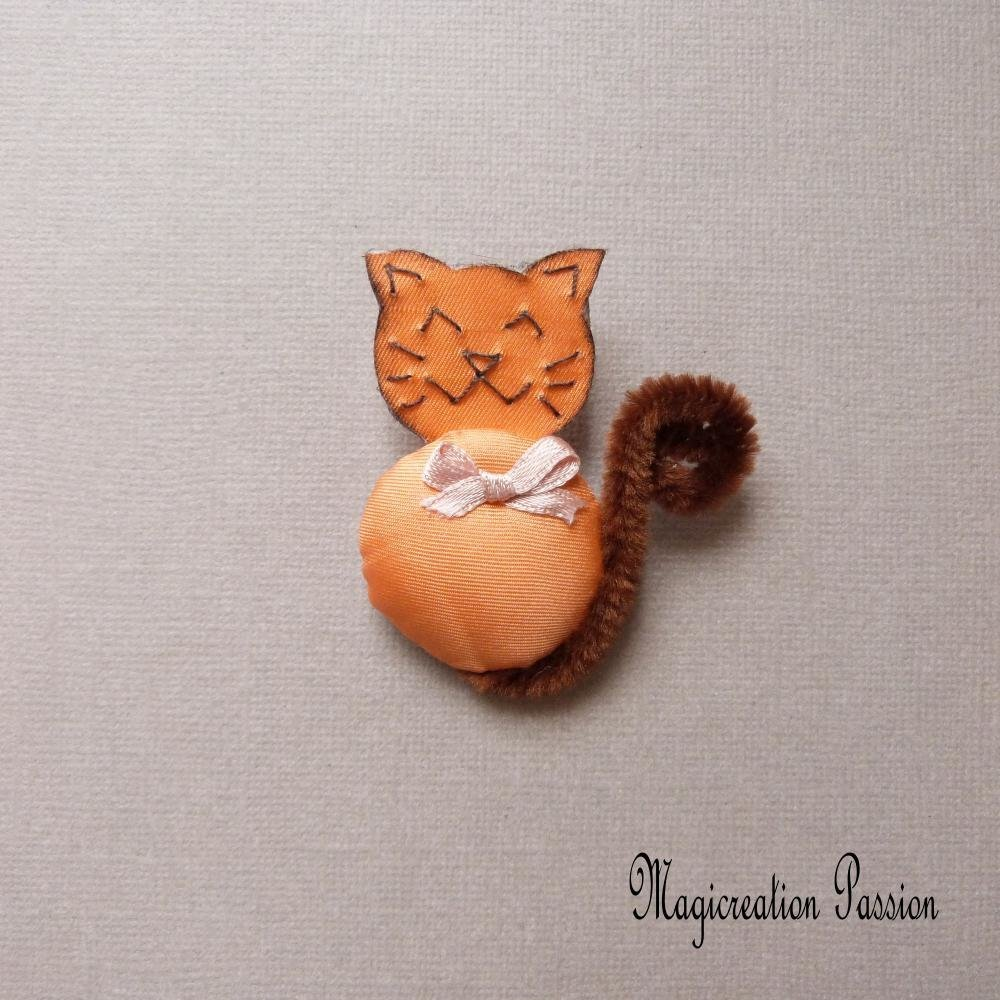 broche chat 3D soie orange noeud satin rose clair queue marron