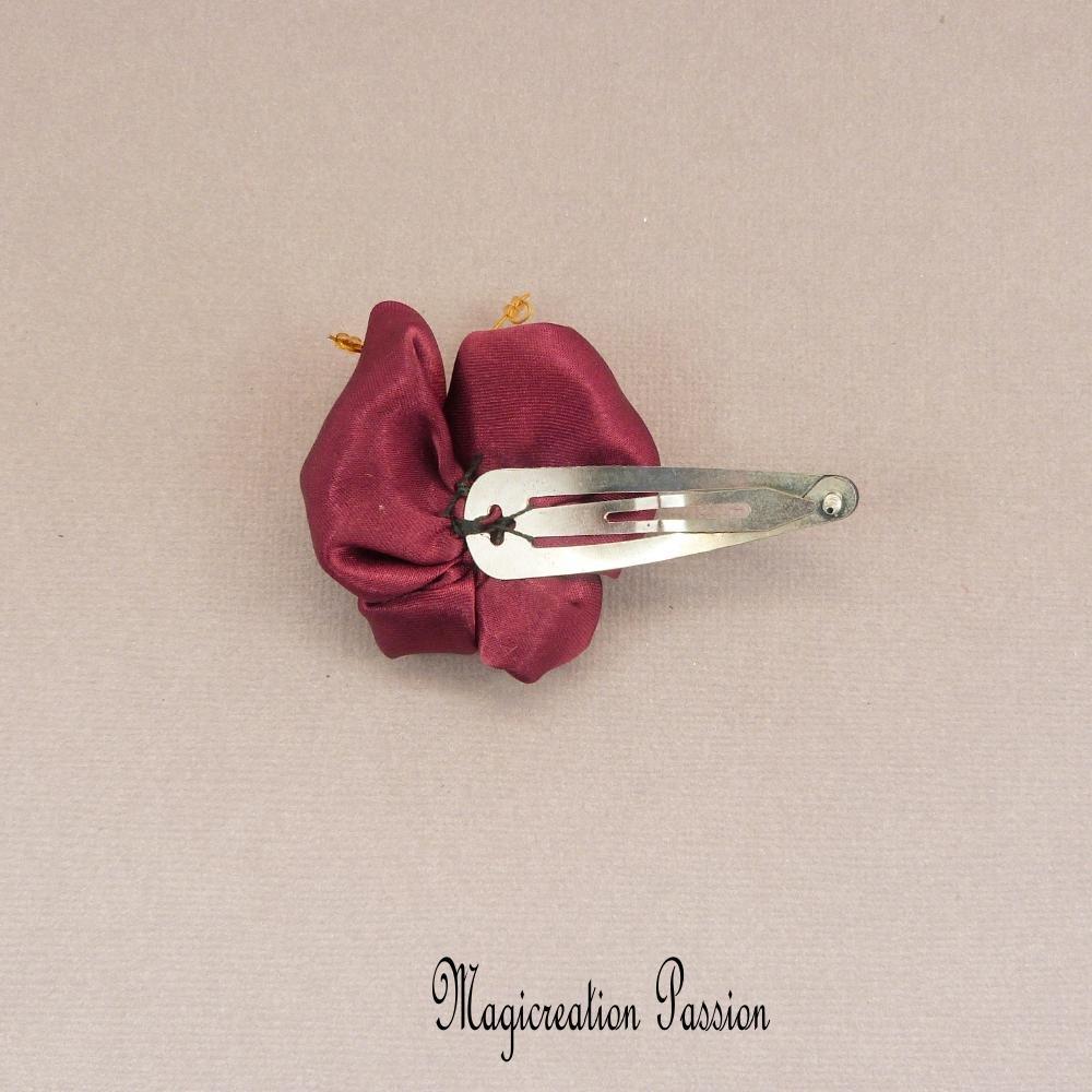Pince clip papillon 3D satin bordeaux corps perles noires et dorées