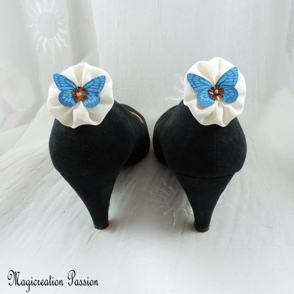 """clips chaussures fleurs blanches et papillons de soie bleu, modèle""""Mia"""""""