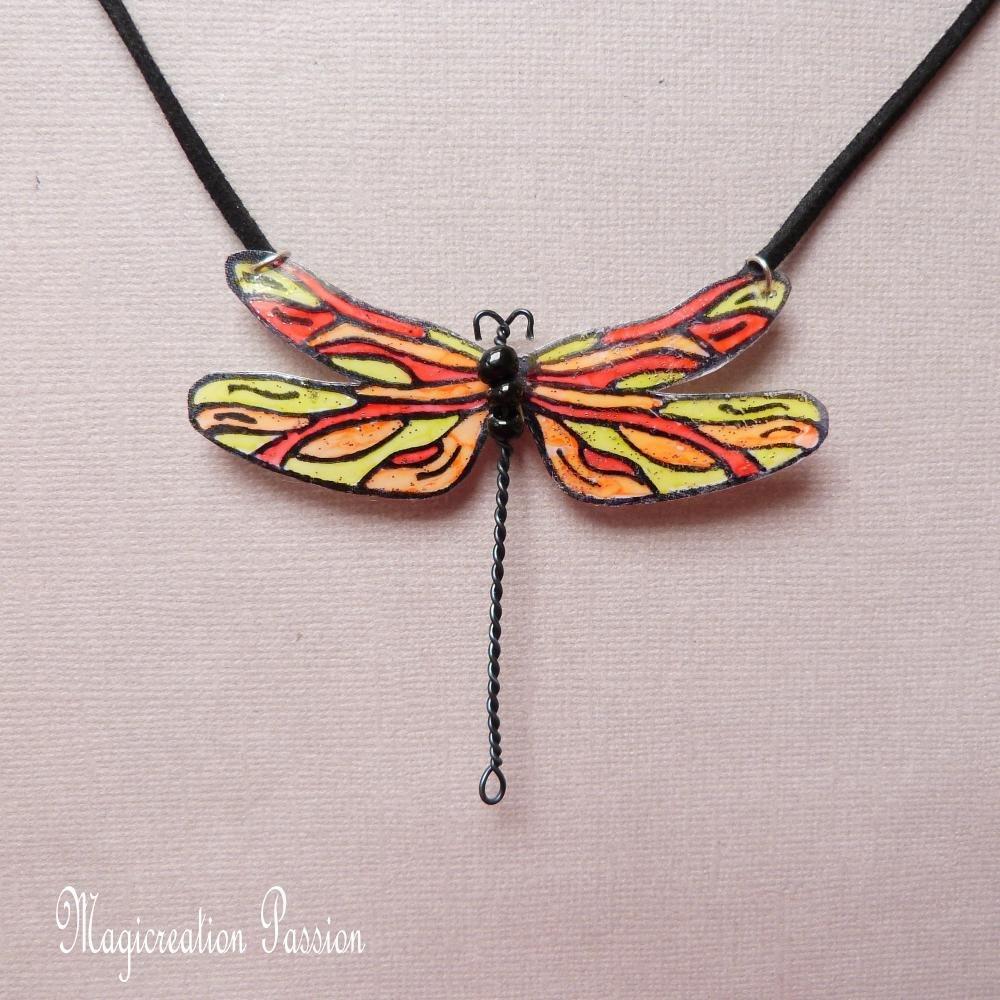 """collier grande libellule 7.5 cm jaune, orange et rouge modèle """"Demoiselle"""""""