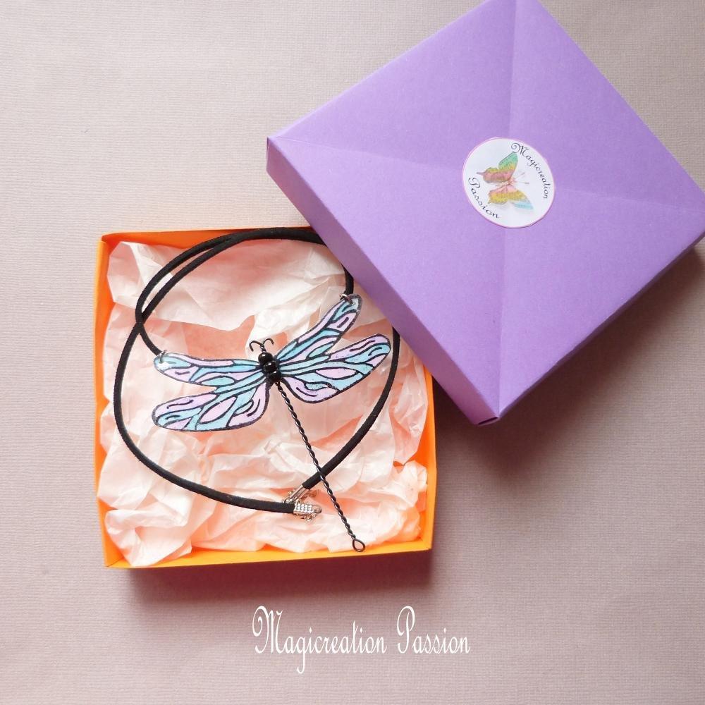 """collier grande libellule 7.5 cm turquoise et rose modèle """"Demoiselle"""""""
