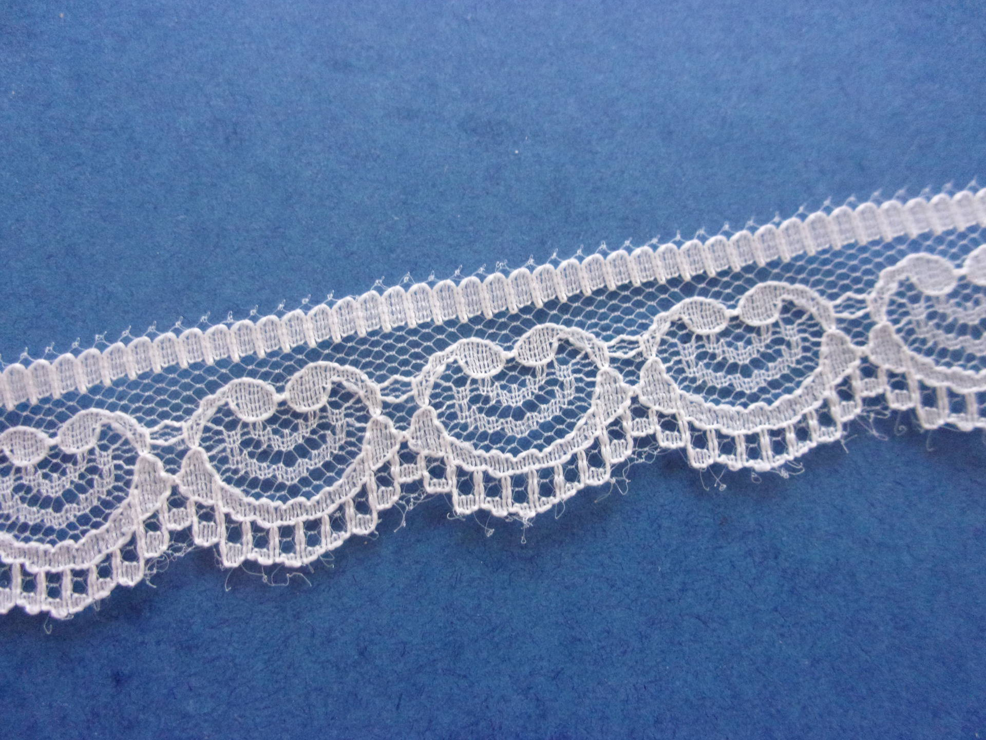 Dentelle blanche motif cœur ruban 15 mm large