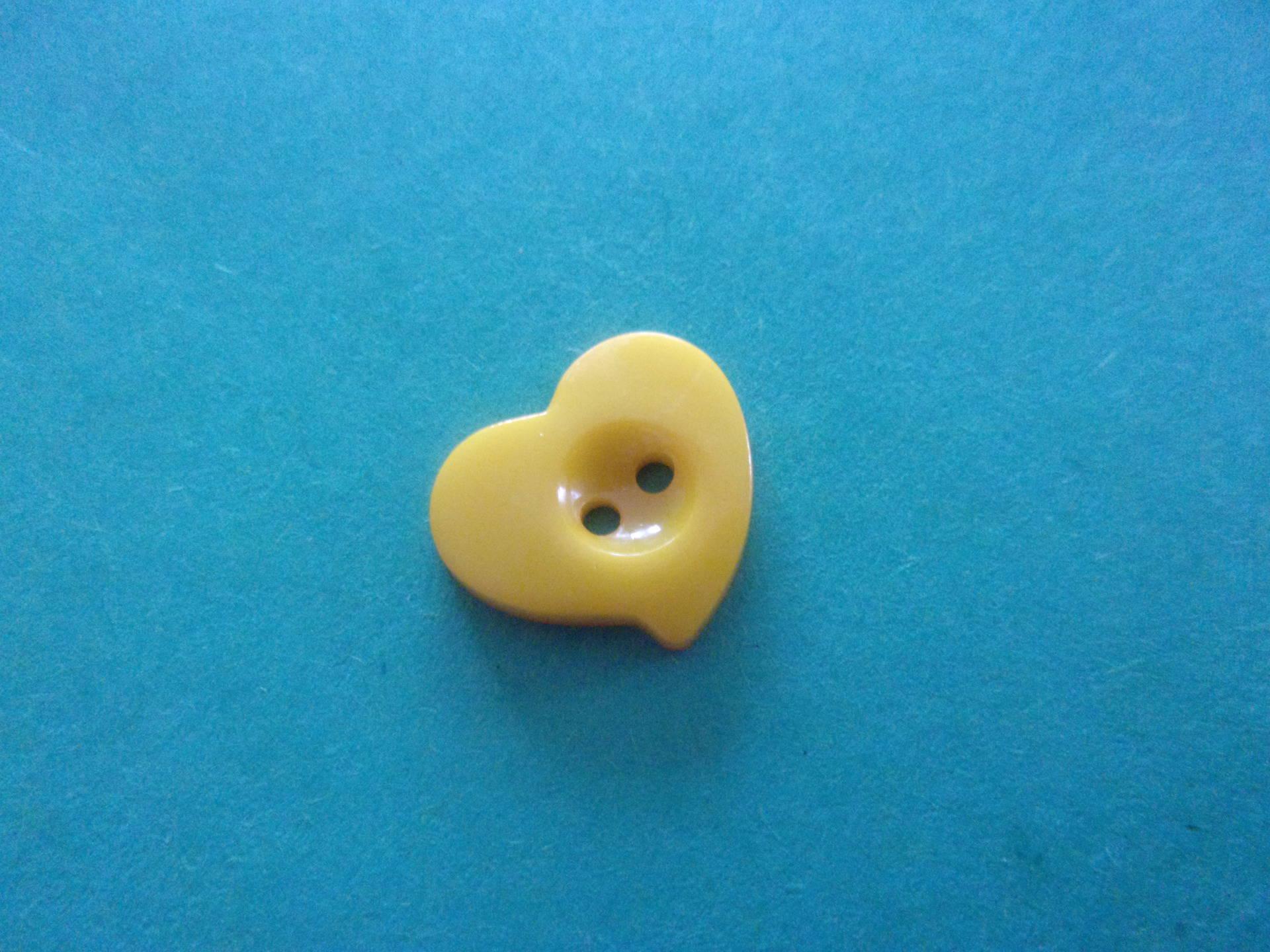 Bouton en forme de coeur en relief jaune citron, 2 trous - 13mmx12mm