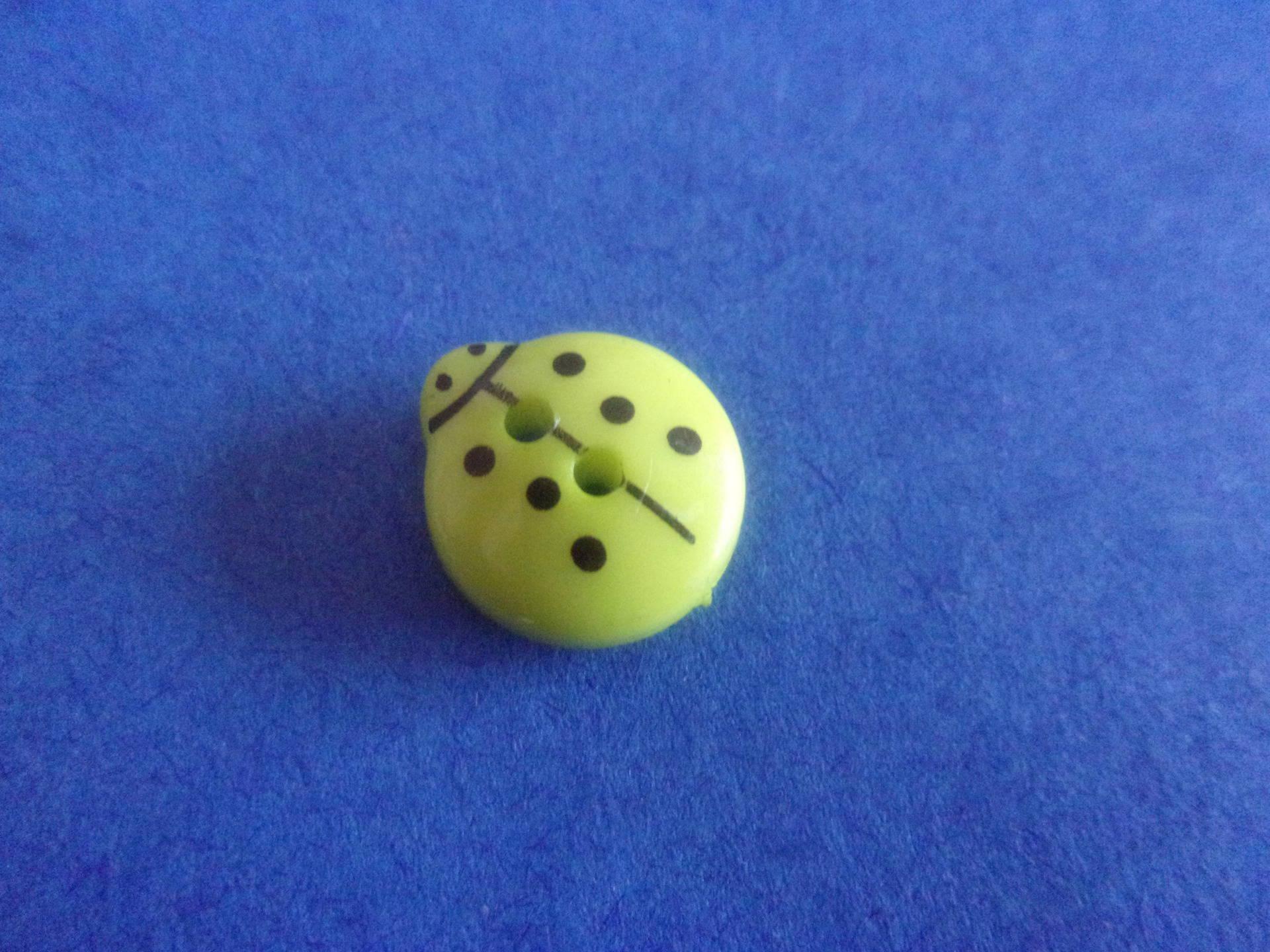 Bouton en forme de coccinelle vert pomme, 2 trous - 13mmx12mm