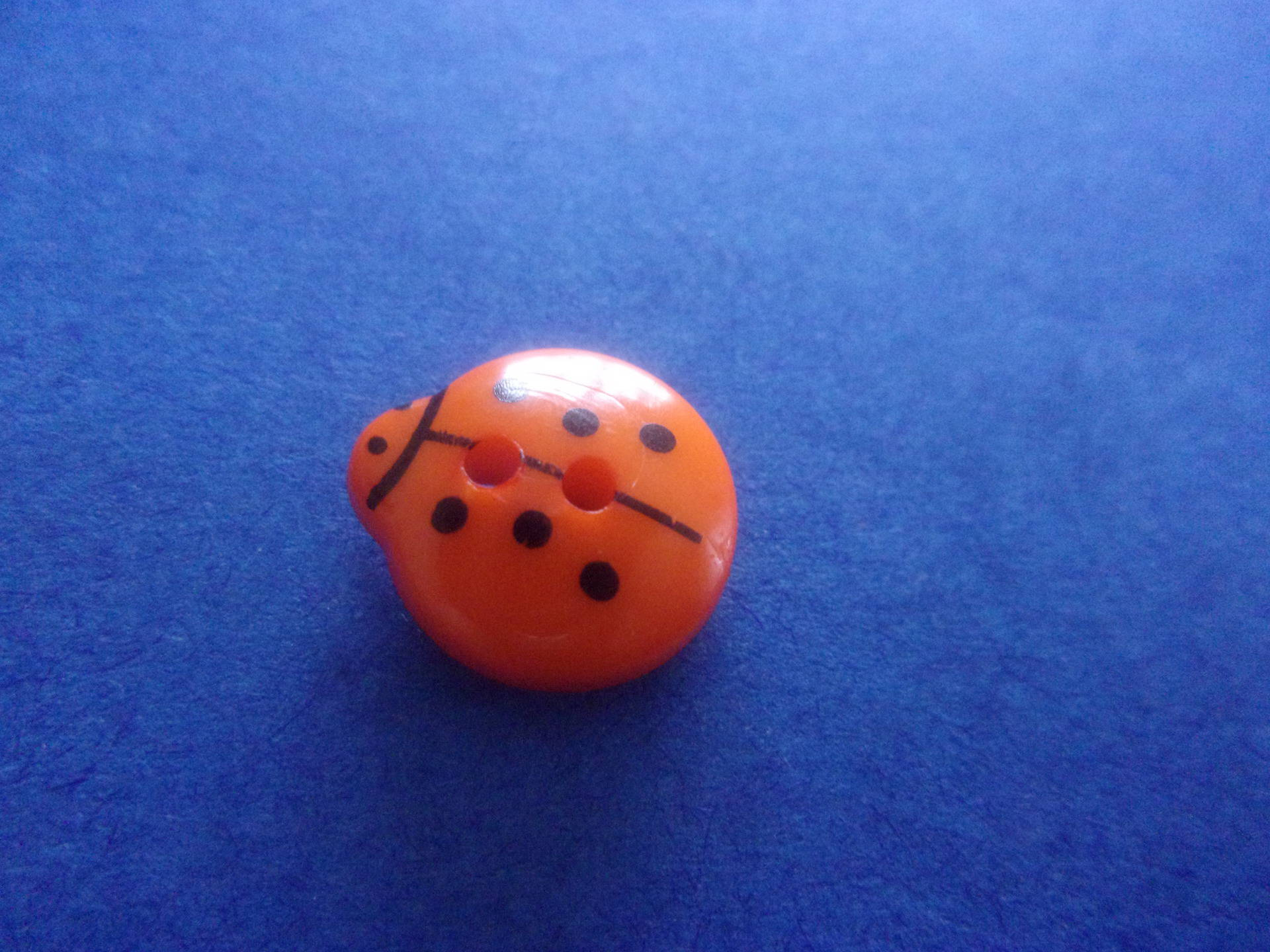 Bouton en forme de coccinelle orange, 2 trous - 13mmx12mm