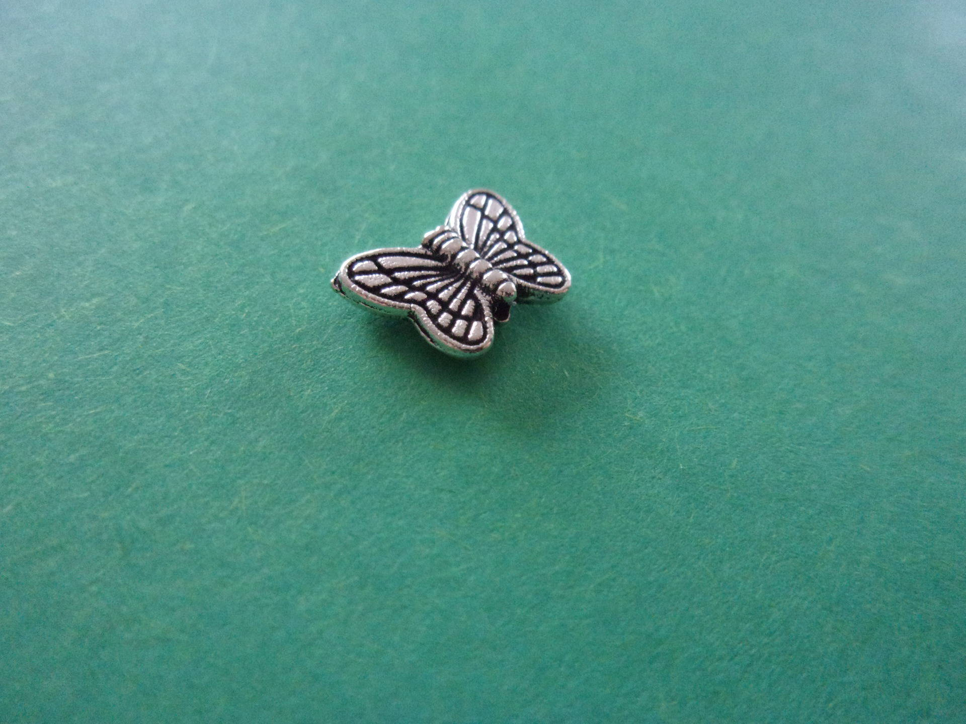 Perle en forme de papillon en métal argenté- 10mm x 9mm