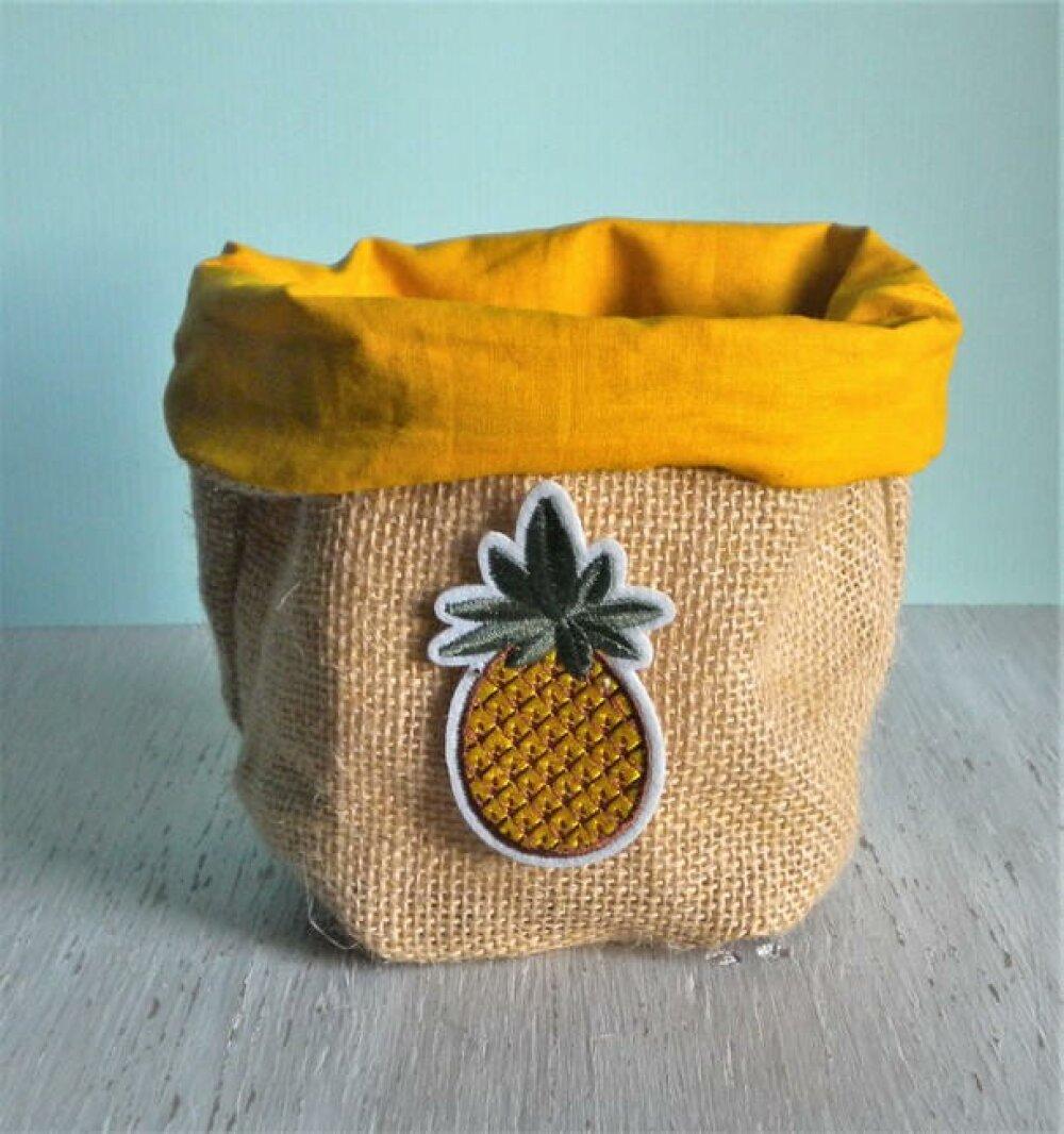 Panier de rangement toile de jute, coton moutarde, patch ananas.