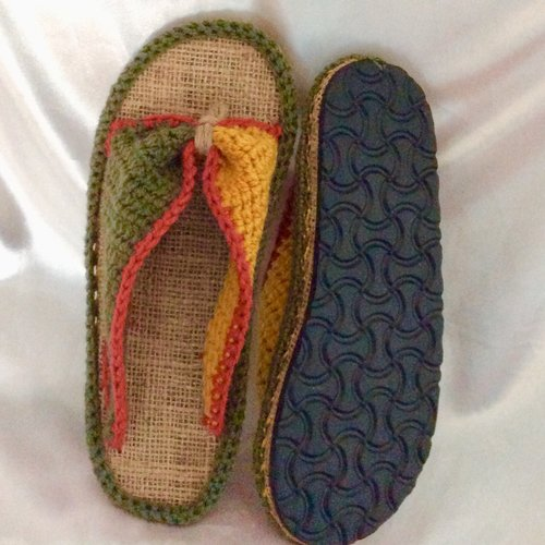 Chaussons -pantoufles  ,bio-tongs à semelles  (anti-dérapant ) au crochet ,fait main  pour femme, homme