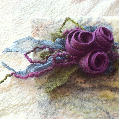 Broche roses en laine feutrée.