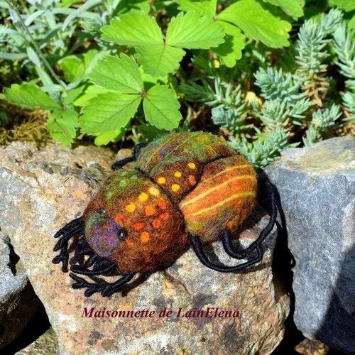 Broche scarabée en laine feutrée .