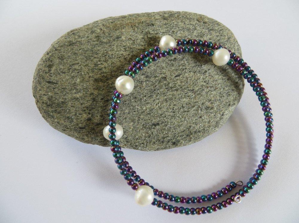 Bracelet fil mémoire , perles de culture d'eau douce et perles de rocaille .