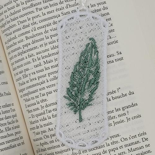 Marque page en dentelle (fsl) - plume - vert clair - bookmark - idée cadeau maitresse