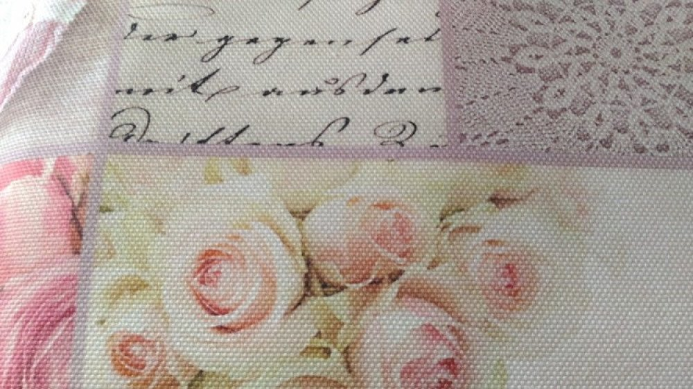Coussin avec plaid polaire replié à l'intérieur toile imprimé romantique