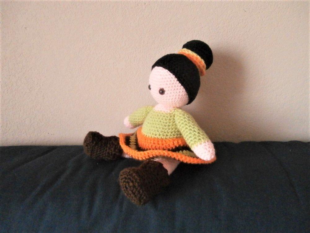 """Poupée """"Bonnie"""" style """"seventies"""" laine acrylique vert orange marron chignon fait main au crochet"""