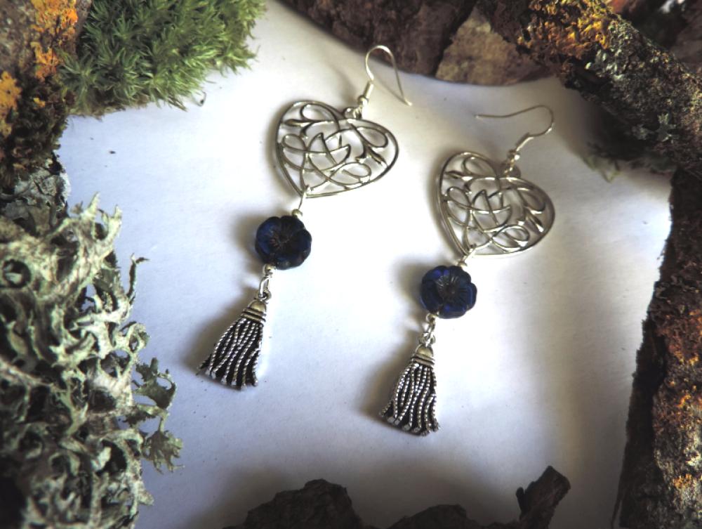 Boucles d'oreilles argentées coeur entrelacs celtiques , perles en verre de bohème bleues, pompon argenté