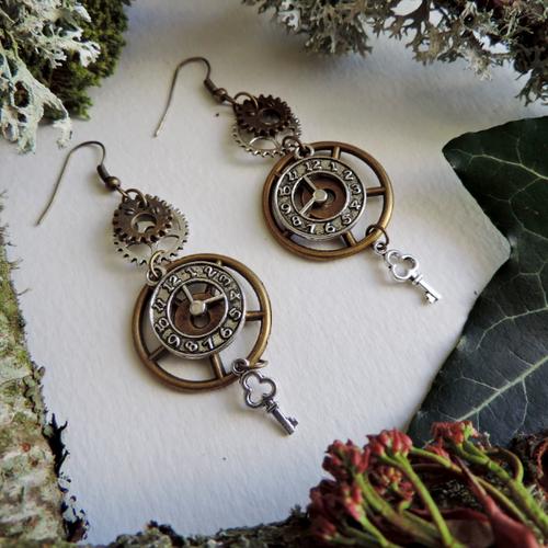 Boucles d'oreilles steampunk : engrenages bronze et argentés, pendule et clé argentés.