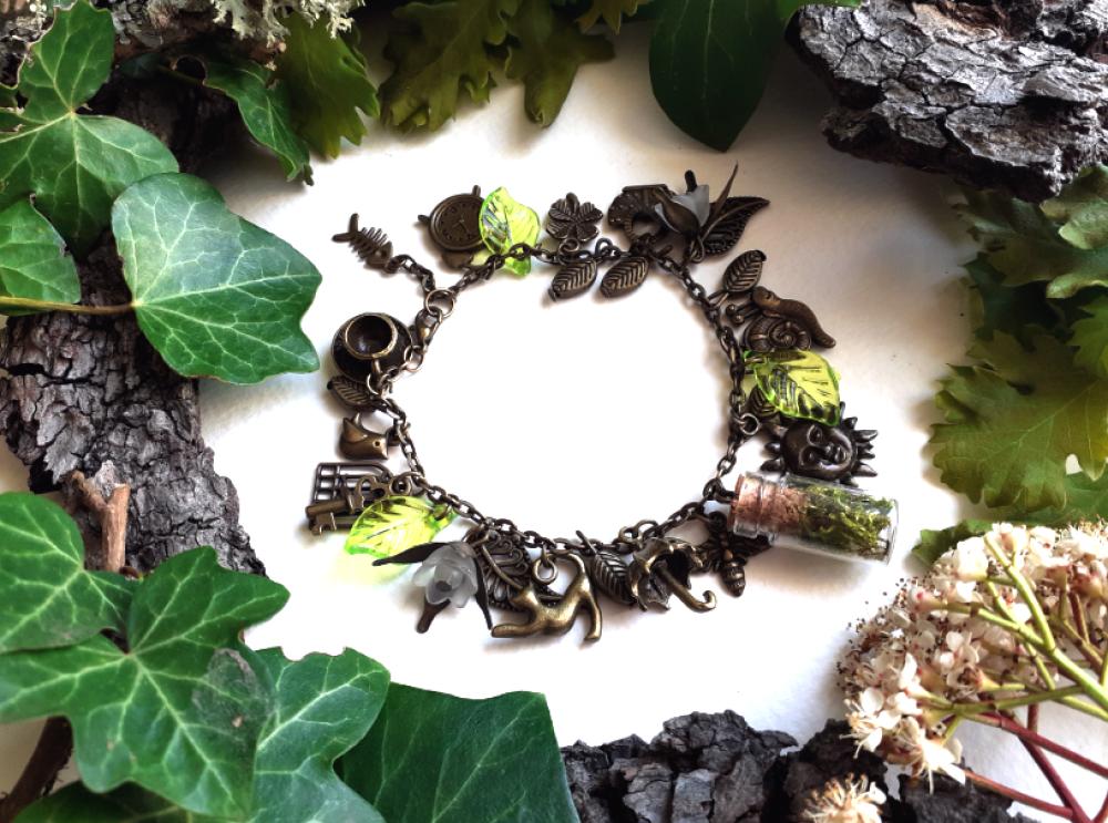 """Bracelet bronze """"pluie de printemps"""": mousse, parapluie, escargot, soleil, chat, panier cage, oiseau, clé, trèfle, feuilles lucite vertes"""