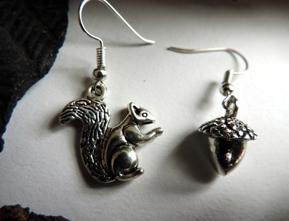 Boucles d'oreilles écureuil et gland argentées.