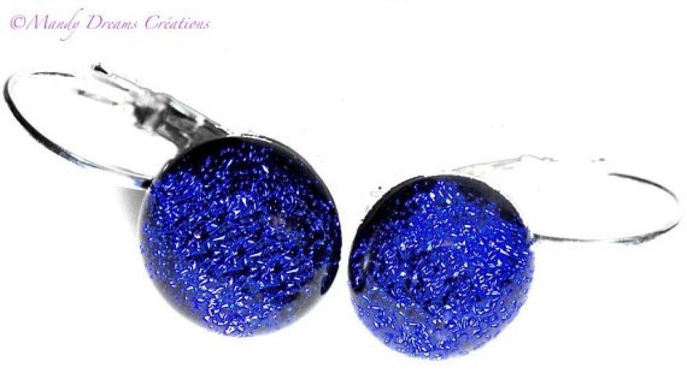Dormeuses en verre dichroïque bleu marine, roy  brillant sur support argenté ,lumineuse, fait main,pièce unique