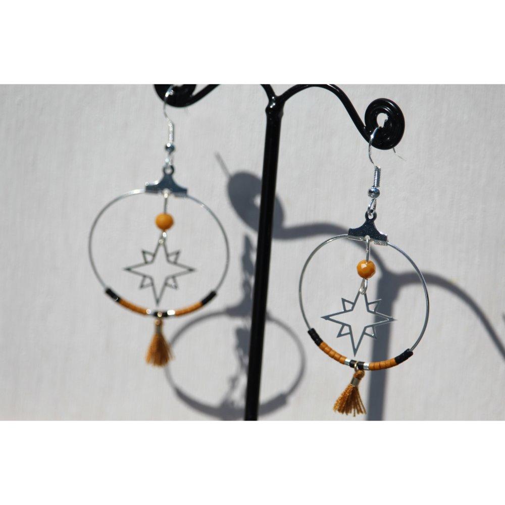 boucles d'oreilles argentées perles miuki et pompons moutardes et noires