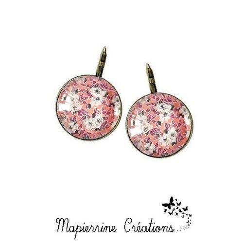 Boucles d'oreilles dormeuse métal bronze cabochon verre petites fleurs fond rose