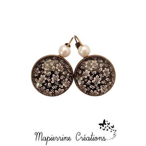 Boucles d'oreilles dormeuse métal bronze cabochon verre petites fleurs blanche