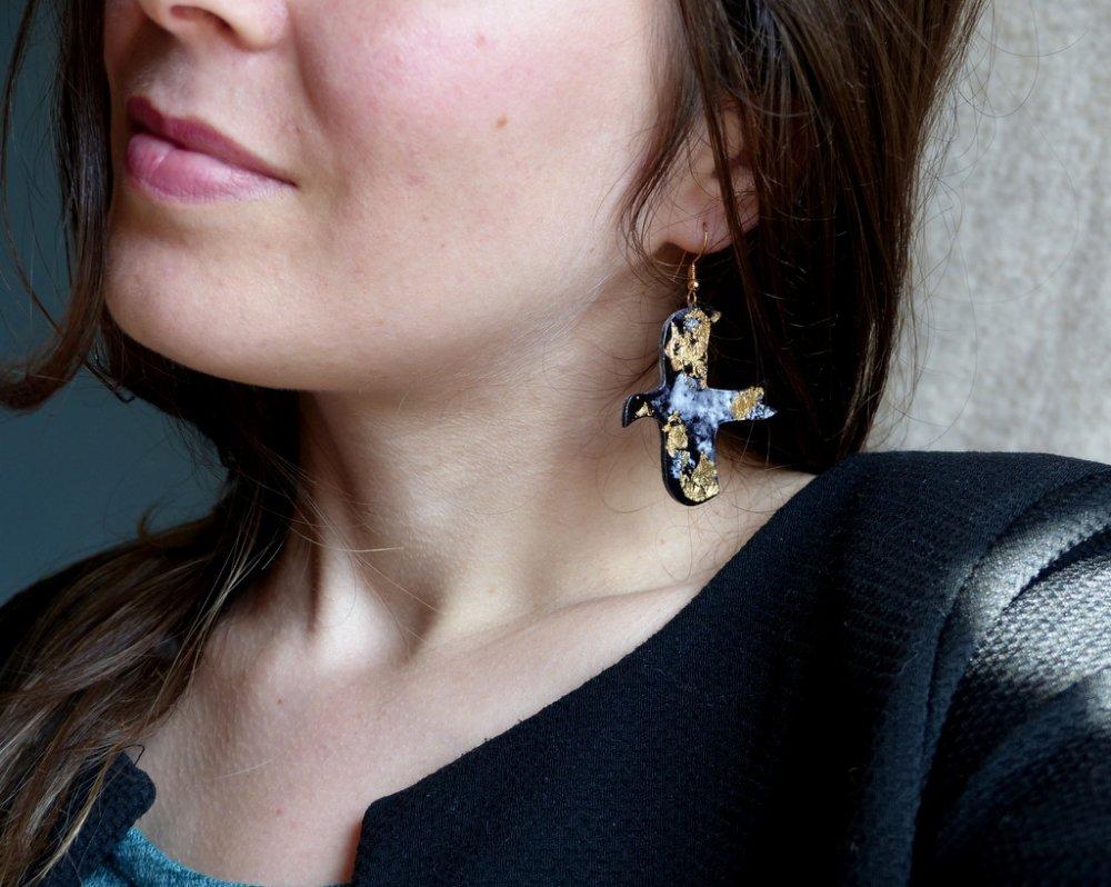 Boucles d'oreilles en plastique fou* OIseaux* Naïf* Encre de Chine et feuille d'or