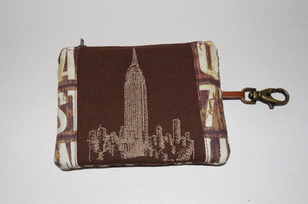 Petit porte-monnaie homme pratique  brodé en toile marron   avec porte-clé  broderie empire state building New York  style moderne urbain