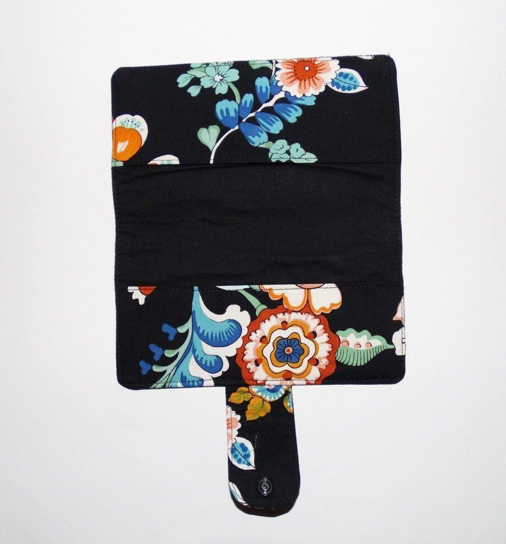 Porte-chéquier élégant et chic  en suédine noire et tissu pour femme décoré d'une broderie motif floral broderie  fleurs