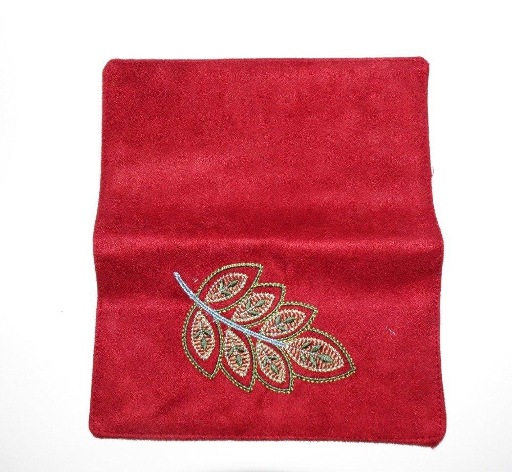 Porte-chéquier élégant et  brodé en suédine rouge et tissu noir avec motif floral pour femme décoré d'une broderie feuille