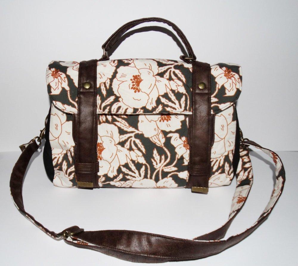 Sac à main style cartable pour femme en tissu noir avec de grandes fleurs blancs et cognac et simili-cuir marron, bandoulière réglable