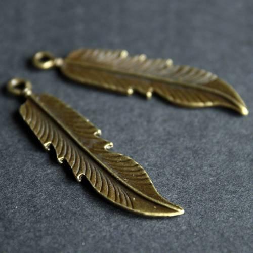 2 grandes  breloques plumes en métal bronze