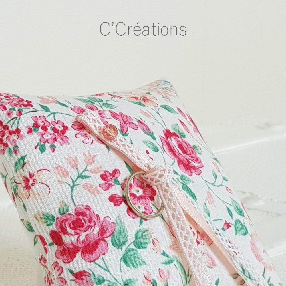 Coussin d'alliances mariage { Flora } en piqué de coton fleuri coloris rose, pêche, vert