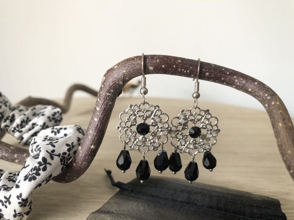 Boucles d'oreilles estampe en métal strass noir