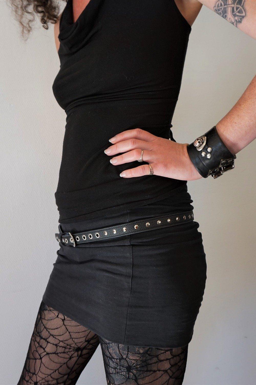 ceinture fine cloutée en cuir noir ; ceinture femme rock en cuir noir ,  18/59