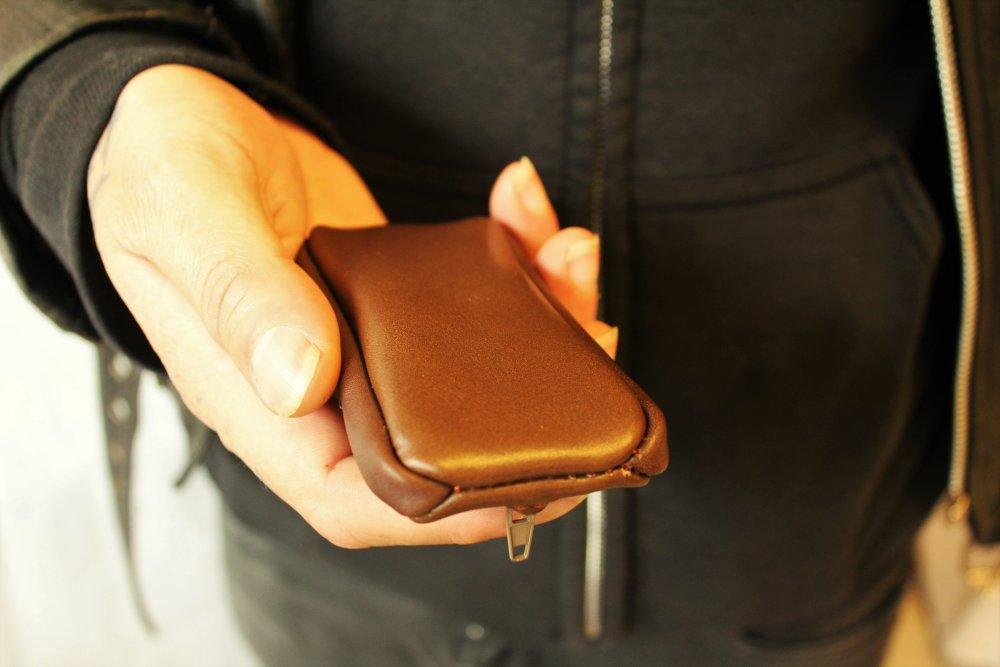 Porte monnaie zippé en cuir prêt à expédier ; cadeau pour homme ; porte monnaie homme ; grain de café  marron en cuir  ; 19/9