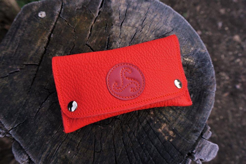 Blague à tabac rouge ; blague à tabac cuir avec triskell faite en France ; cadeau pour fumeur ; 20.01