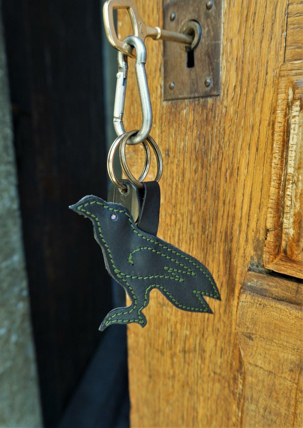 Bijou de sac corbeau noir ; Porte clé corbeau en cuir ; accessoire de sac  ; idée cadeau Huginn ; 20.01