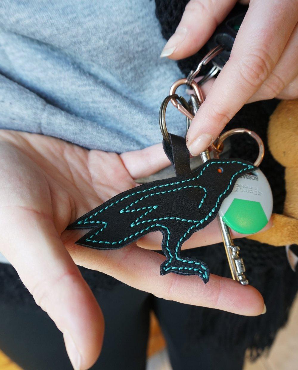 Bijou de sac corbeau noir ; Bijou de sac ; Porte clé huginn en cuir ; accessoire de sac  ; idée cadeau corbeau ; 20.03