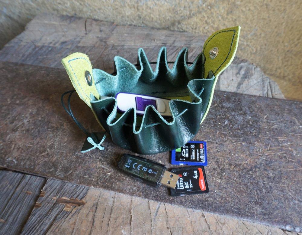Bourse en cuir vert ; bourse en cuir pour les dés ;  accessoire costume médiéval , gn , idée cadeau jeu de rôle ;20.08