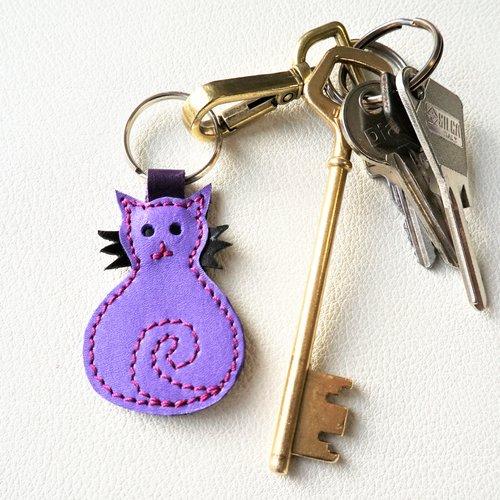 Porte clés ou accessoire de sac chat en cuir violet